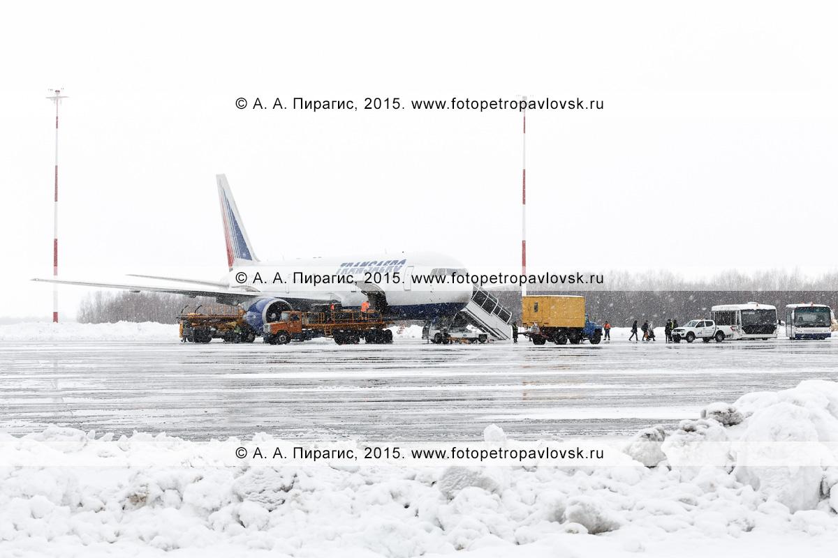 """Обслуживание во время снегопада самолета Боинг-767 (Boeing-767) авиакомпании """"Трансаэро"""" (Transaero Airlines) в аэропорту Петропавловск-Камчатский (аэропорт Елизово). Камчатка"""