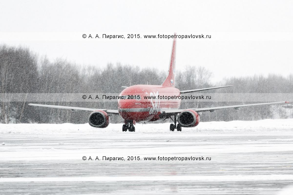 """Самолет Боинг-737-500 (Boeing-737-500), бортовой номер RA-730-13, авиакомпании """"Аврора"""" (Aurora Airlines) в аэропорту Петропавловск-Камчатский (аэропорт Елизово) во время снегопада на Камчатке"""