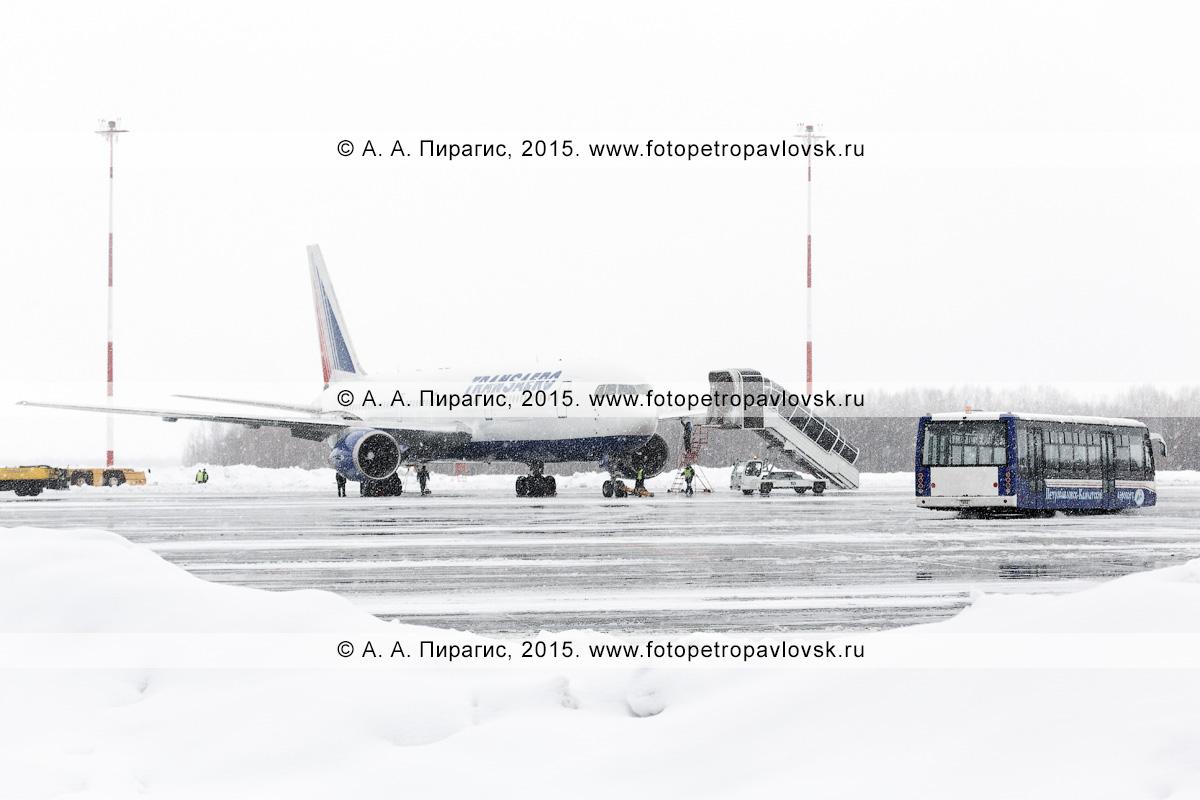 """Самолет Боинг-767 (Boeing-767) авиакомпании """"Трансаэро"""" (Transaero Airlines), пассажирский трап и аэродромный автобус в аэропорту Петропавловск-Камчатский (аэропорт Елизово). Камчатка"""