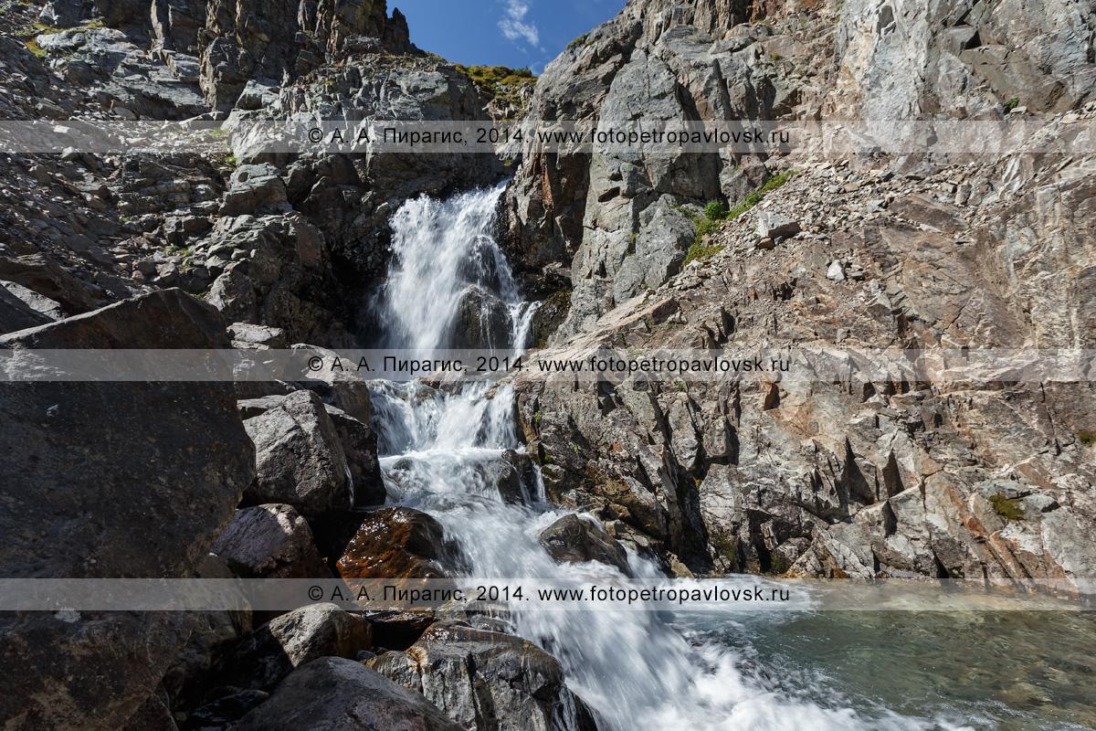 """Фотография: вид на """"Андриановские водопады"""" — комплексный (ландшафтный) памятник природы Камчатки. Река Андриановка, Срединный хребет, Камчатский край"""