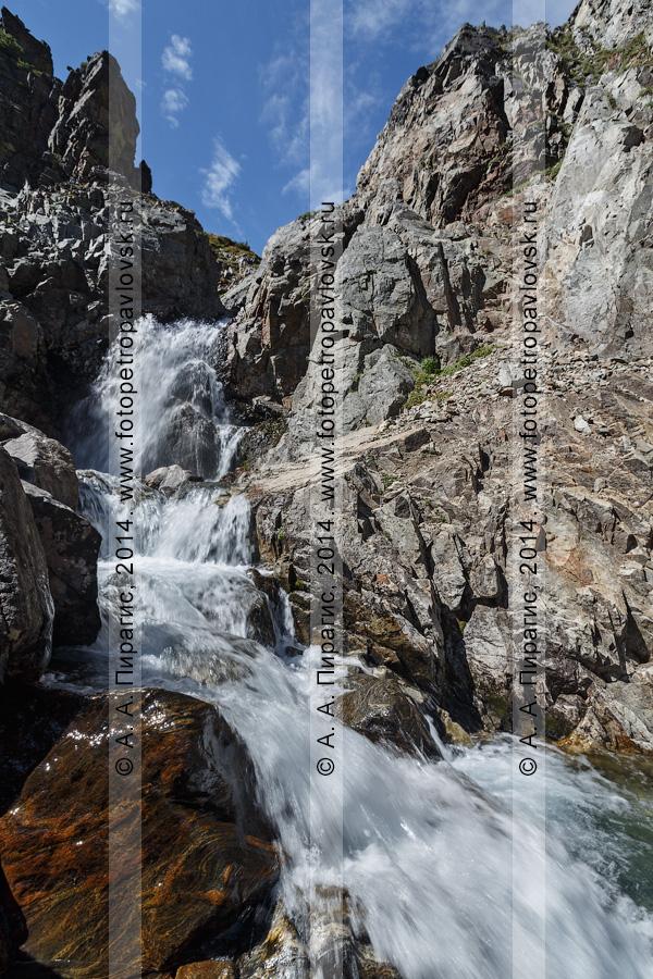 """Фотография: """"Андриановские водопады"""" — комплексный (ландшафтный) памятник природы Камчатки. Река Андриановка, Срединный хребет, Камчатский край"""