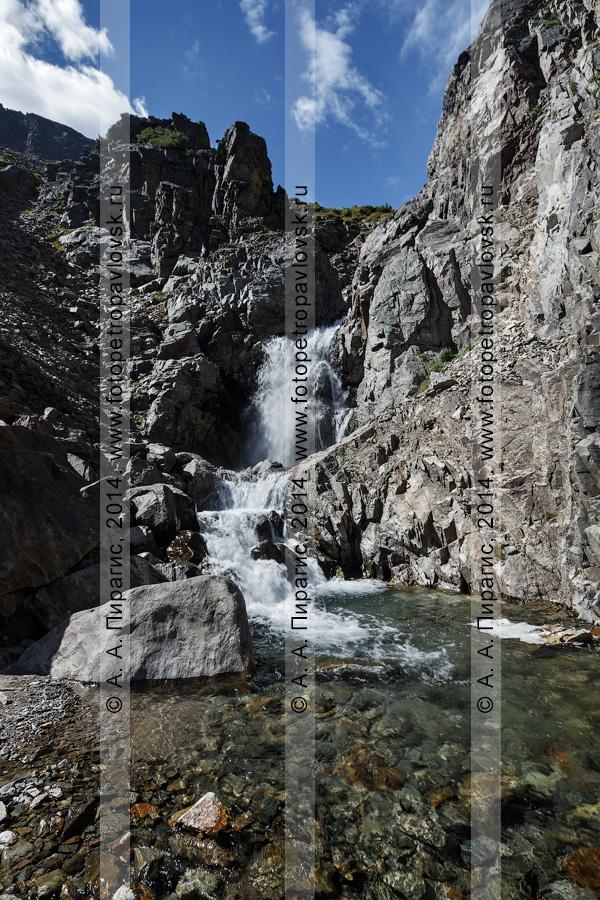 """Фотография: камчатский пейзаж — """"Андриановские водопады"""" — комплексный (ландшафтный) памятник природы Камчатки. Река Андриановка, Срединный хребет, Камчатский край"""
