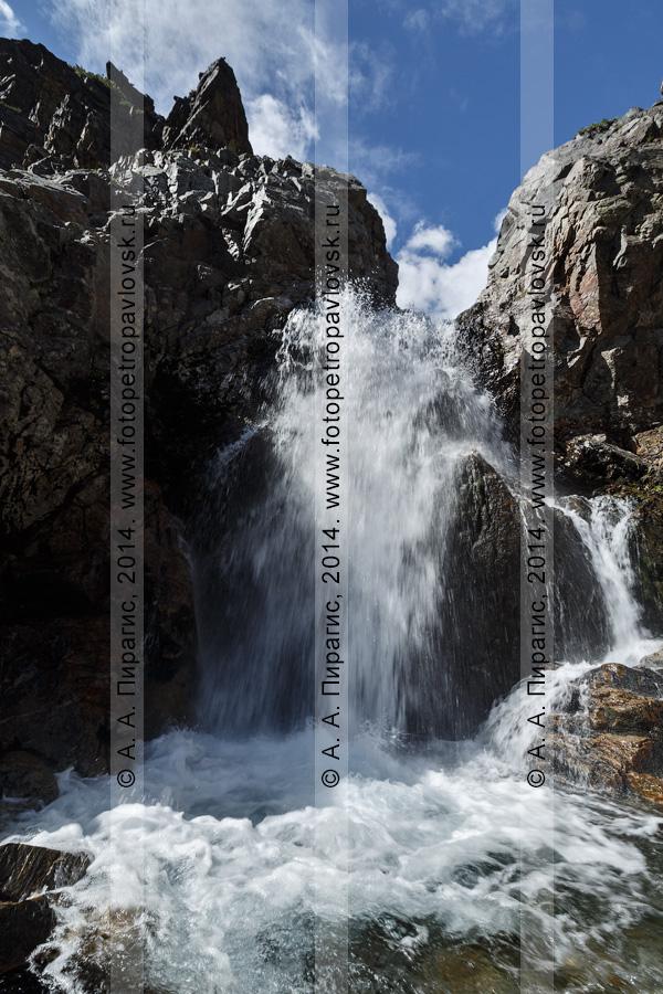 """Фотография: горный камчатский пейзаж — """"Андриановские водопады"""" — комплексный (ландшафтный) памятник природы Камчатки. Река Андриановка, Срединный хребет, Камчатский край"""