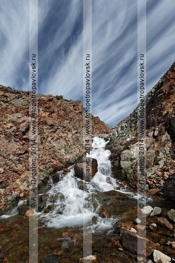 """Фотография: горный пейзаж Камчатки — река Средняя Андриановка, """"Андриановские водопады"""" — комплексный, ландшафтный памятник природы Камчатки. Срединный хребет, Камчатский край"""