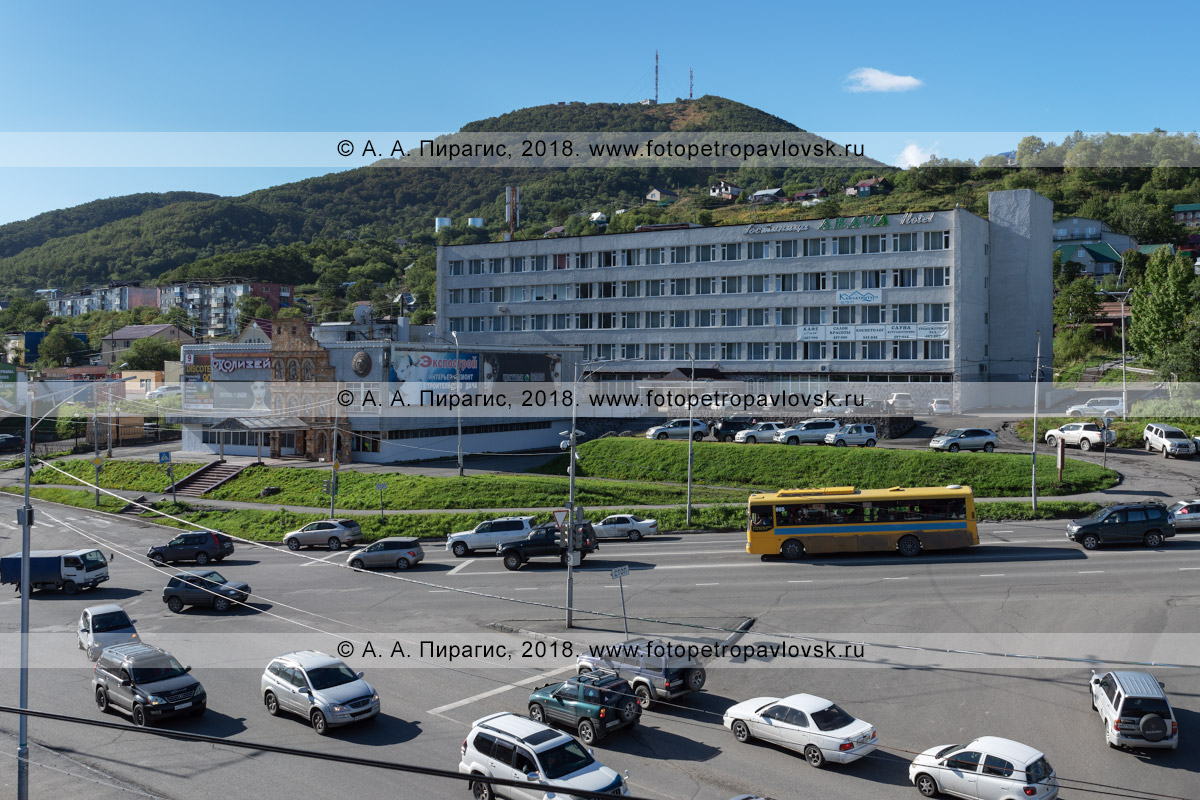 Фотография: гостиница «Авача» (hotel «Avacha») и развлекательный комплекс «Колизей». Петропавловск-Камчатский, Комсомольская площадь