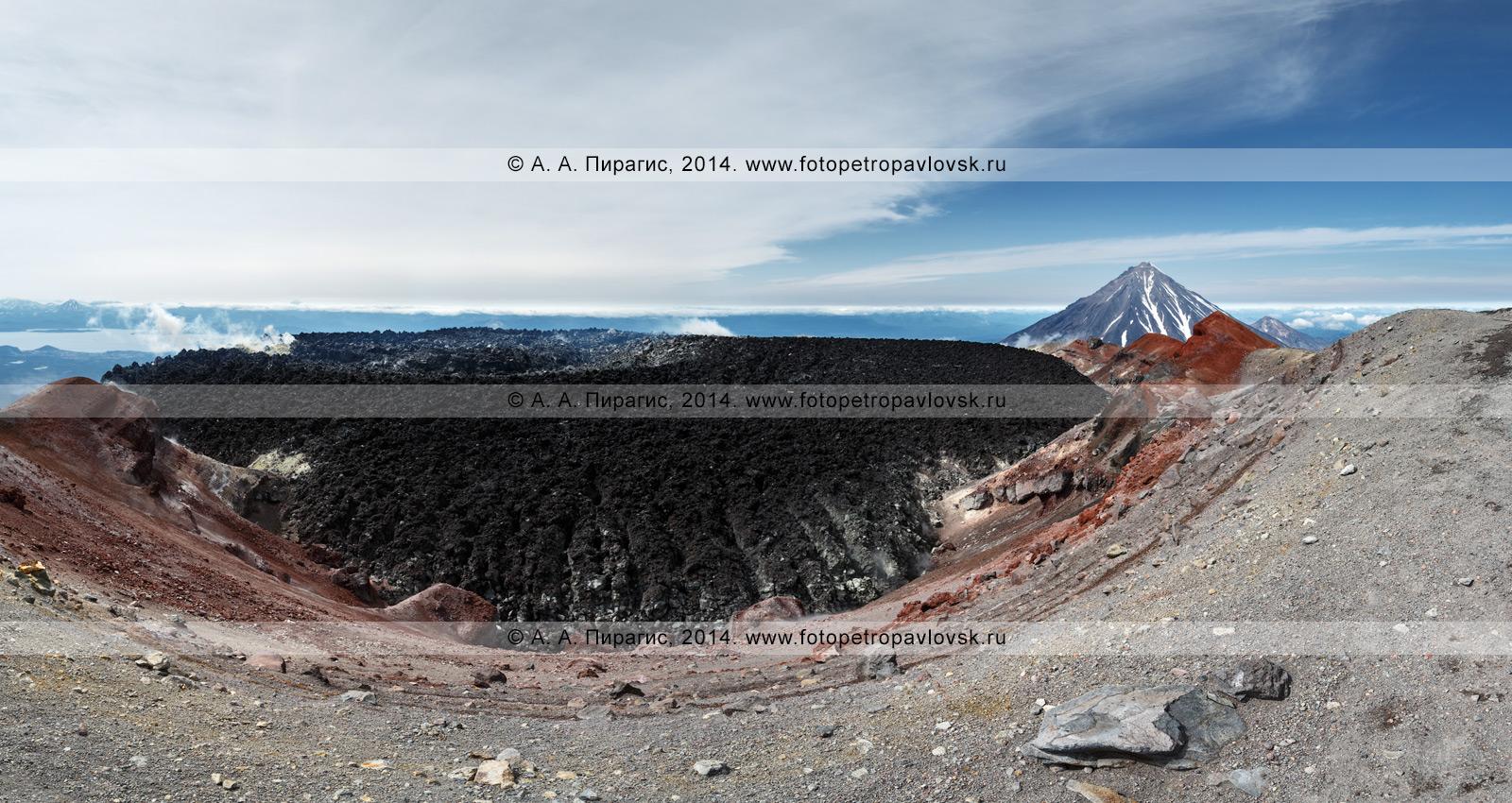 Панорамный вид на кратер Авачинского вулкана с многочисленными фумаролами, заполненный лавой при извержении вулкана в январе 1991 года. На заднем плане: Корякский вулкан. Камчатка, Восточный вулканический пояс, Авачинско-Корякская группа вулканов