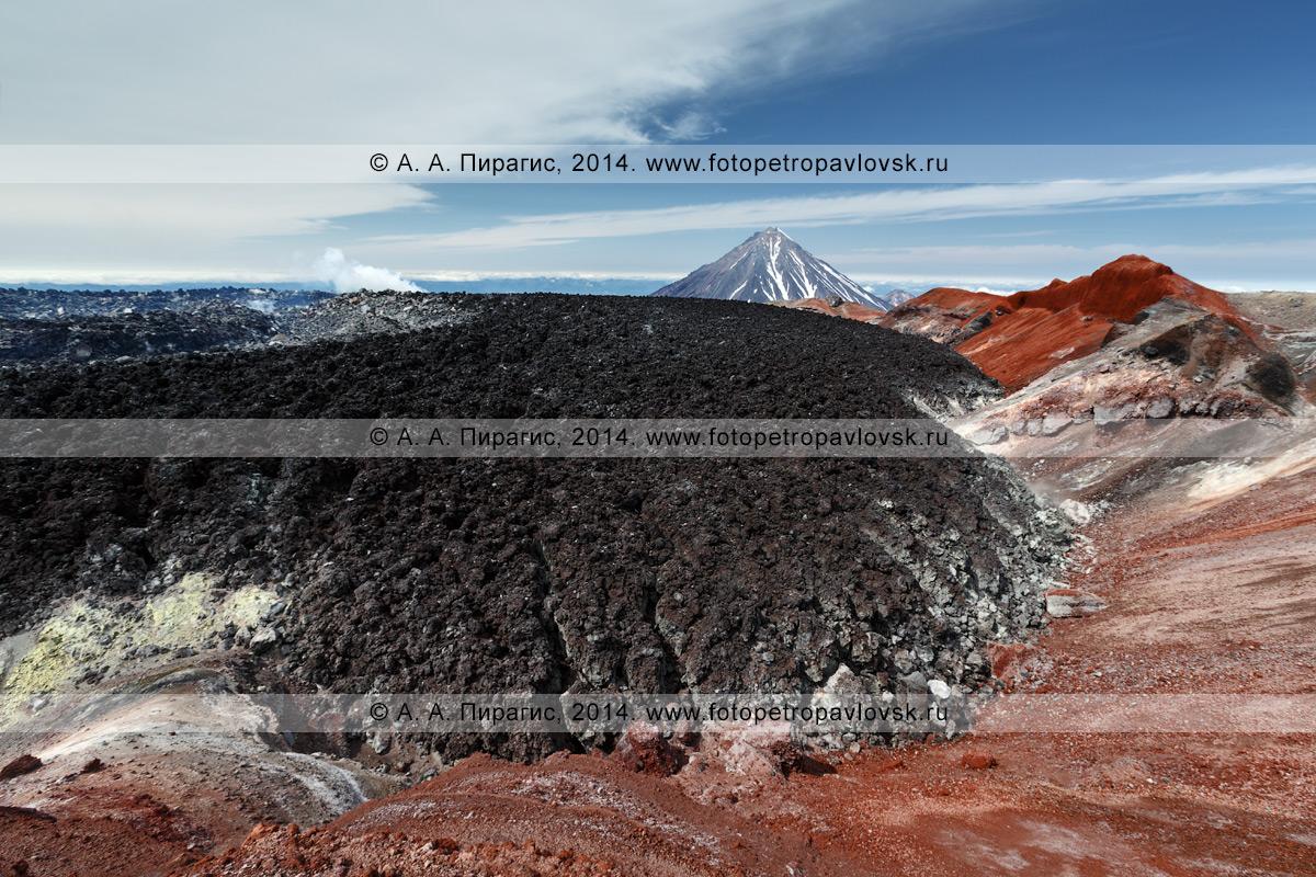 Вид на лавовую пробку в кратере Авачинского вулкана, образованную в результате извержении вулкана в январе 1991 года. На заднем плане: вулкан Корякский. Камчатка, Авачинско-Корякская группа вулканов