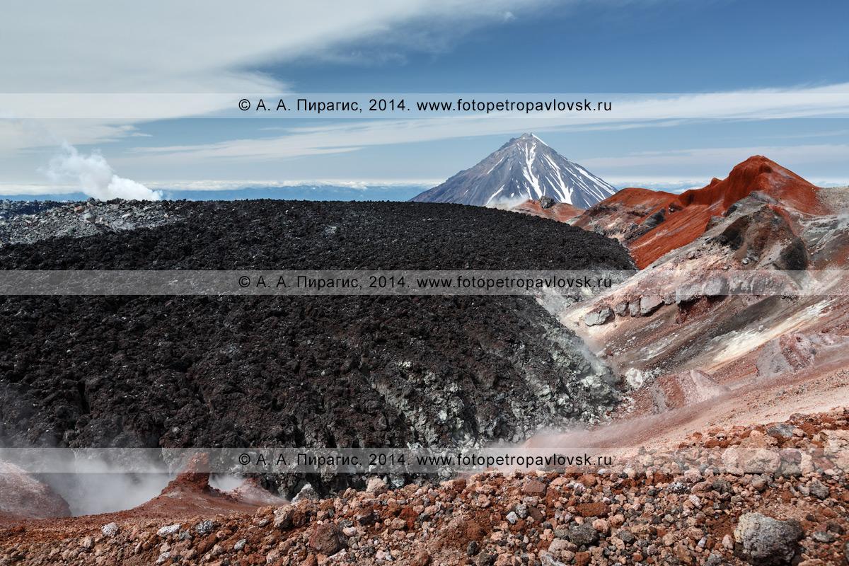 Живописный вулканический пейзаж — кратер действующего вулкана Авачинская сопка (Avacha Volcano) на фоне Корякского вулкана. Полуостров Камчатка