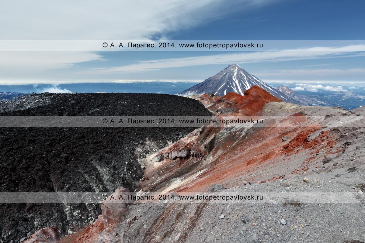 Кратер Авачинского вулкана (Авачинская сопка), слева — черная лава извержения 1991 года, справа — серая и яркая оранжево-красная кромка кратера. На заднем плане: Корякский вулкан. Камчатский край
