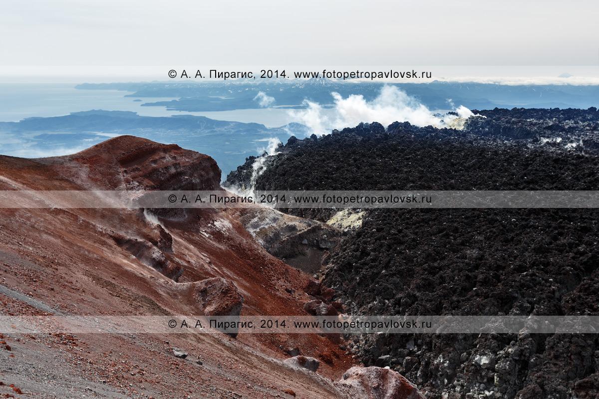 Авачинский вулкан (Avachinsky Volcano), вид на яркую оранжево-красную кромку кратера и лаву извержения 1991 года. Полуостров Камчатка