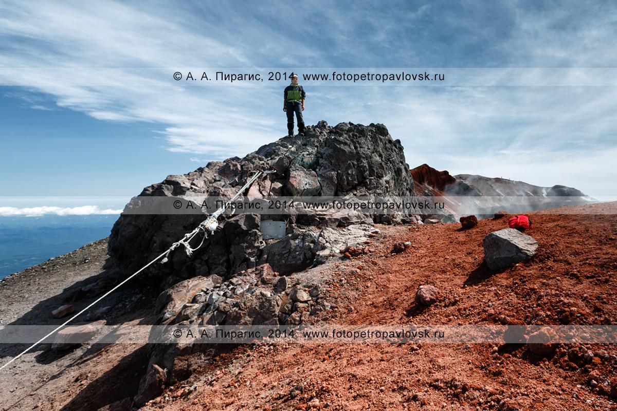 Фотография: девушка-туристка стоит на вершине действующего вулкана Авачинская сопка на Камчатке