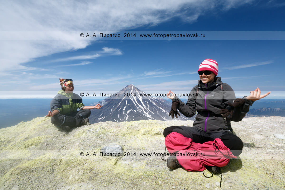 Фотография: девушки-туристки отдыхают на вершине действующего Авачинского вулкана в ясную, солнечную погоду. Полуостров Камчатка