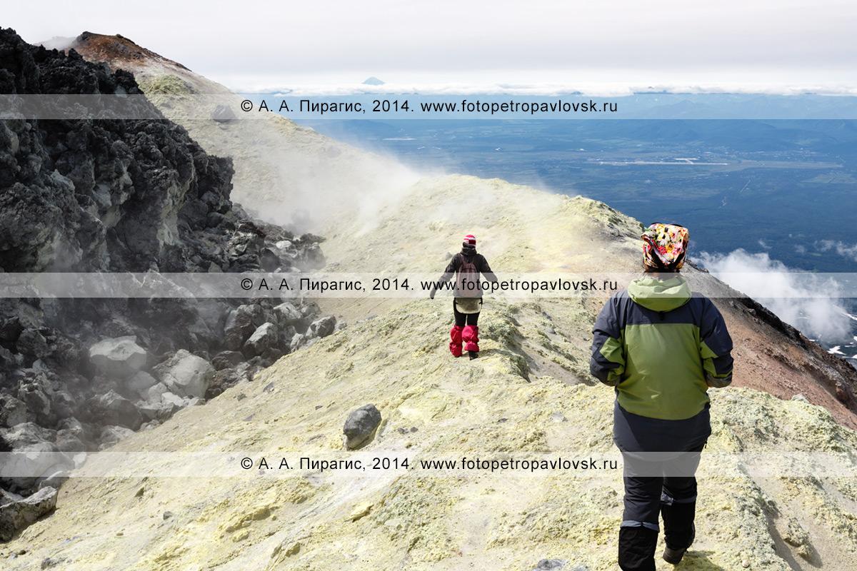Фотография: пеший туризм на полуострове Камчатка — девушки-туристки гуляют на вершине действующего вулкана Авачинская сопка
