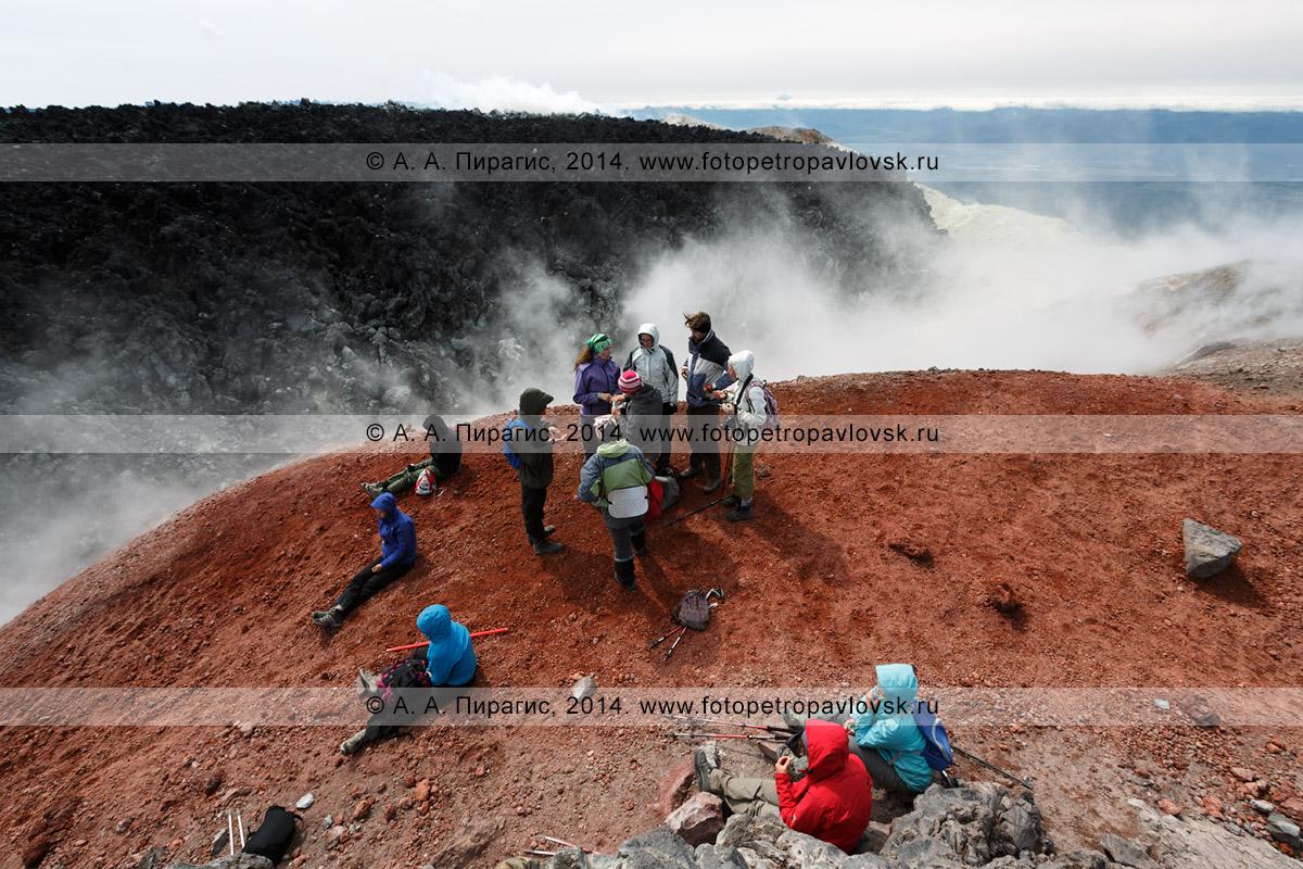 Фотография: пеший туризм на Камчатке — группа туристов и путешественников на вершине действующего Авачинского вулкана