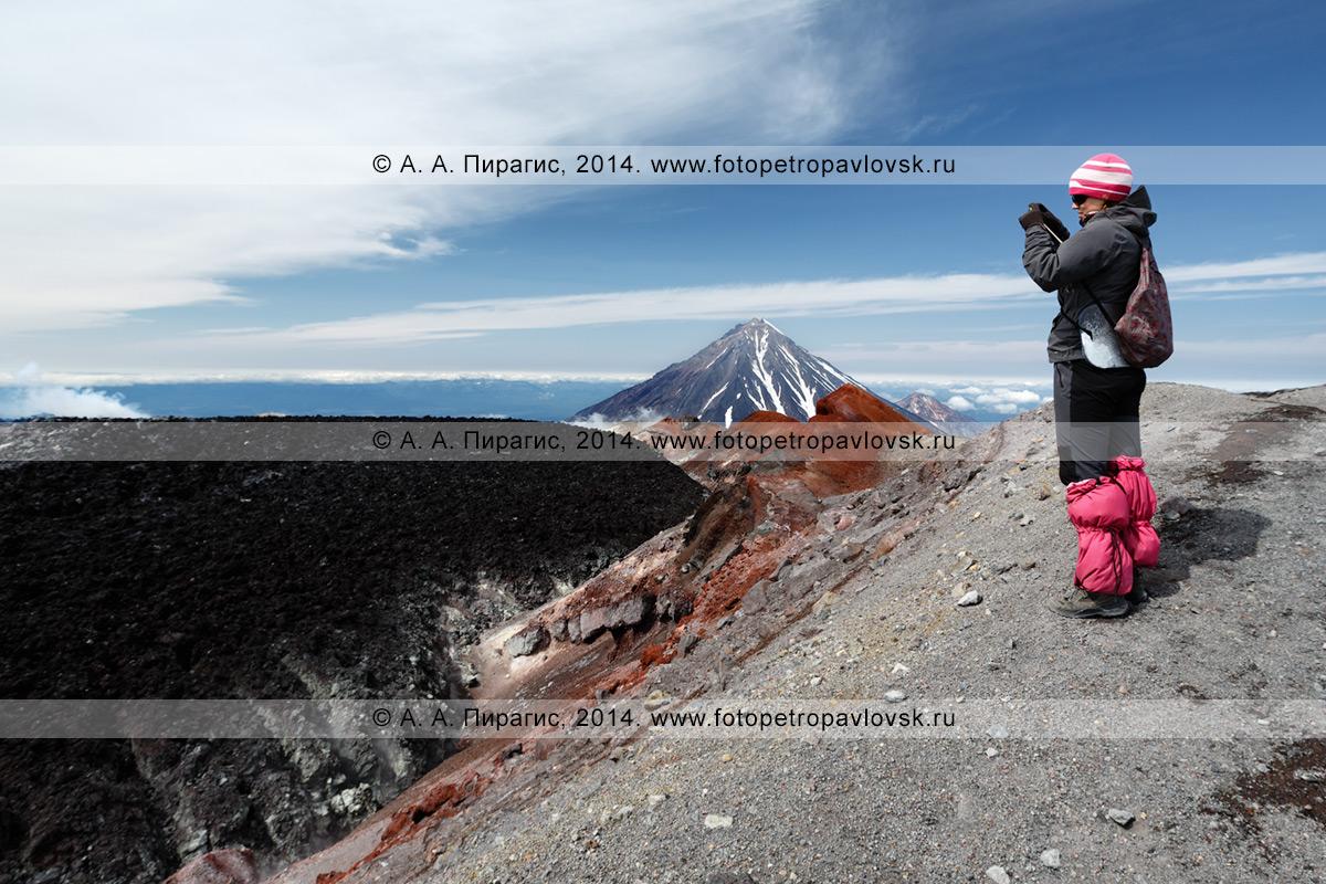 Фотография: пеший туризм в Камчатском крае — девушка-туристка фотографирует живописный кратер действующего вулкана Авачинская сопка