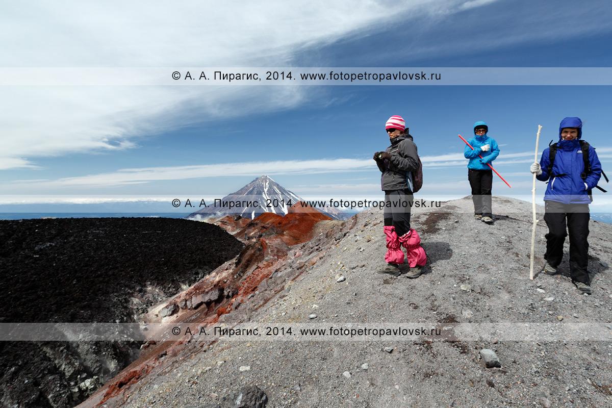 Фотография: пеший туризм в Камчатском крае — девушки-туристки гуляют на вершине Авачинского вулкана, наслаждаясь великолепным вулканическим пейзажем