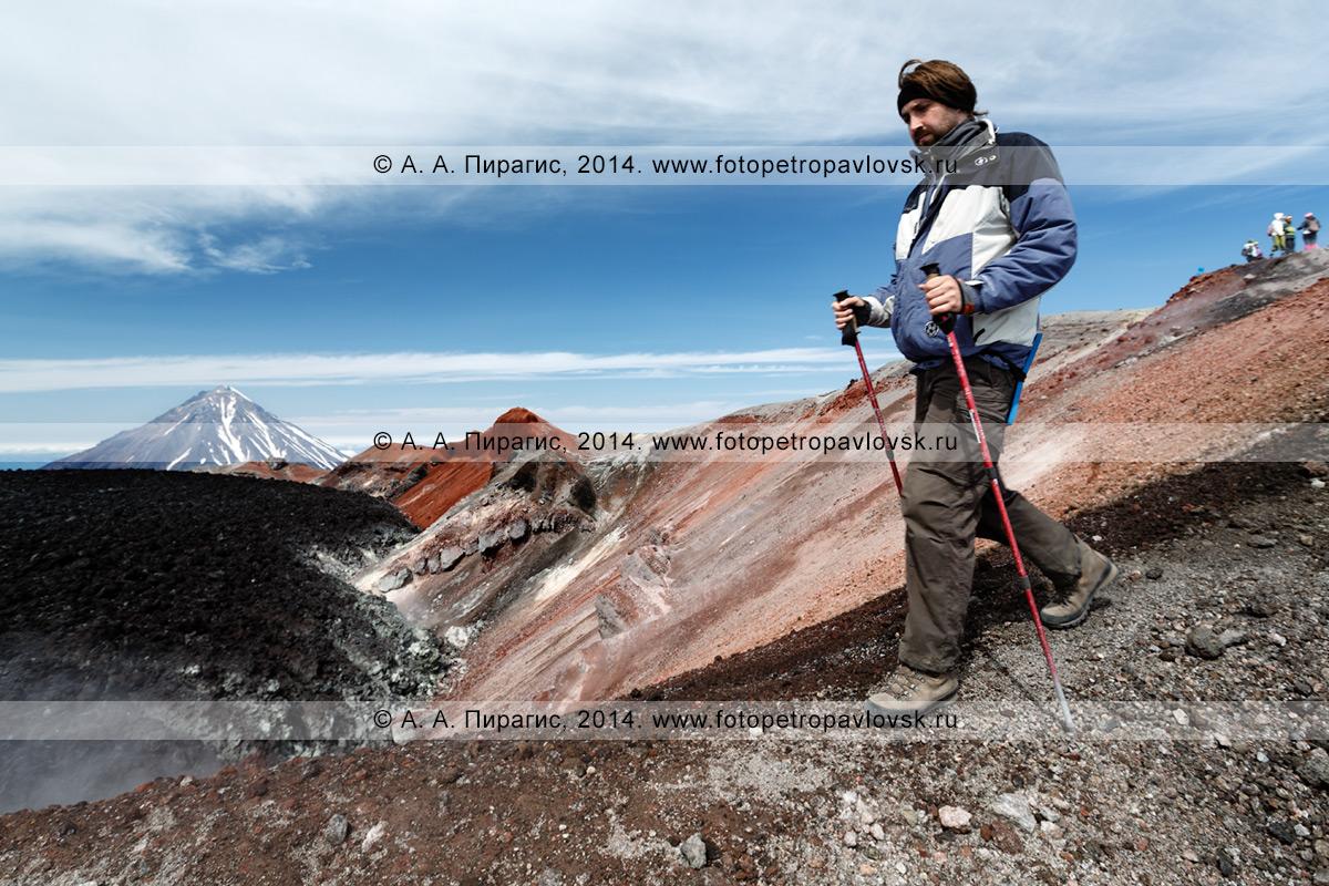 Фотография: пеший туризм на полуострове Камчатка — турист гуляет в кратере активного вулкана Авачинская сопка