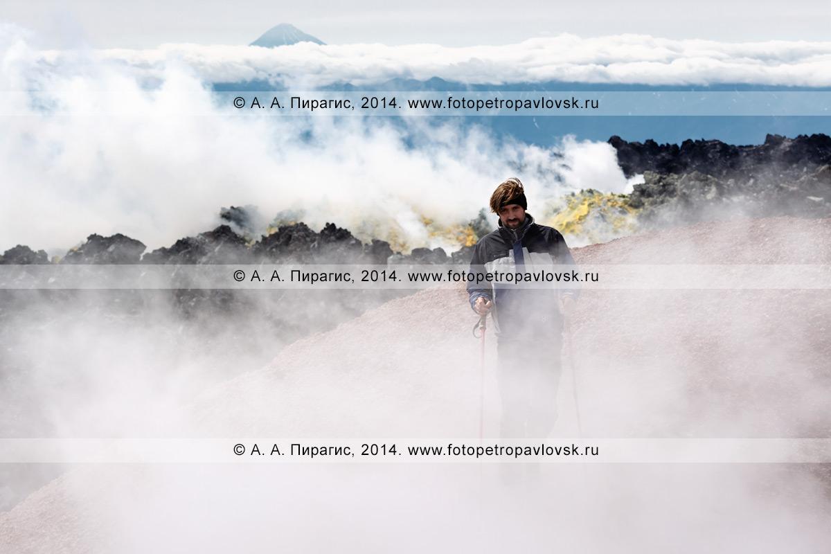 Фотография: пеший туризм в Камчатском крае — турист идет в облаках пара и газа в кратере действующего вулкана Авачинская сопка