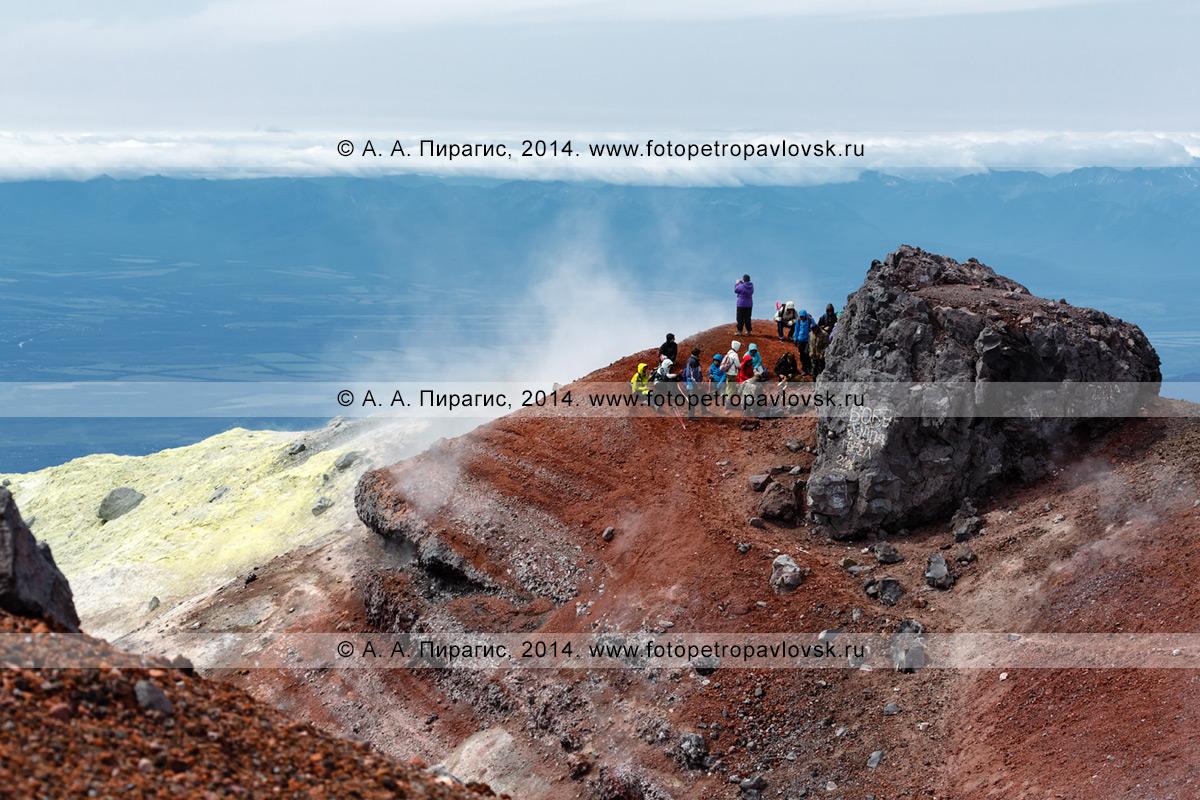 Фотография: пеший туризм на полуострове Камчатка — туристическая группа отдыхает в кратере активного Авачинского вулкана перед предстоящим многочасовым спуском с вершины действующего исполина