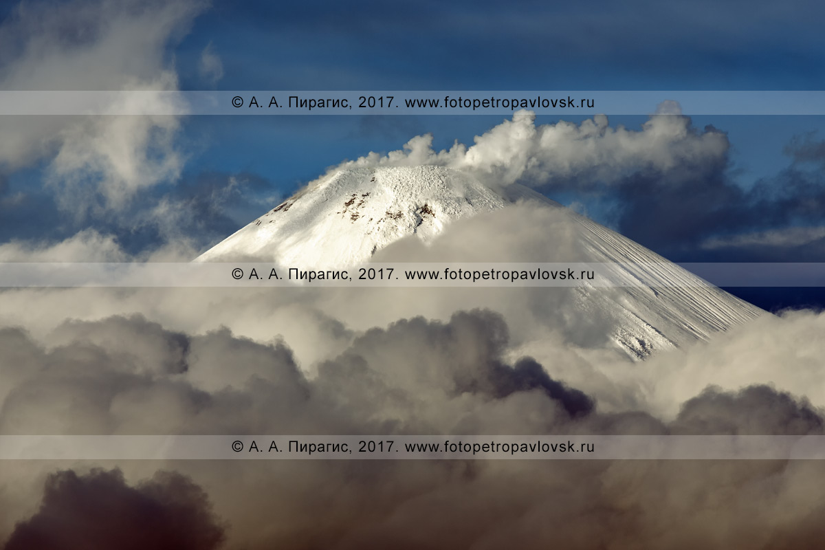 Фотография: вулканический пейзаж полуострова Камчатка — вершинный Молодой конус действующего Авачинского вулкана (Avachinsky Volcano), интенсивная фумарольная активность огнедышащей горы