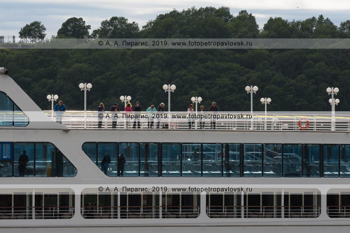 Фотография: туристы и путешественники гуляют на верхней палубе круизного лайнера Azamara Quest