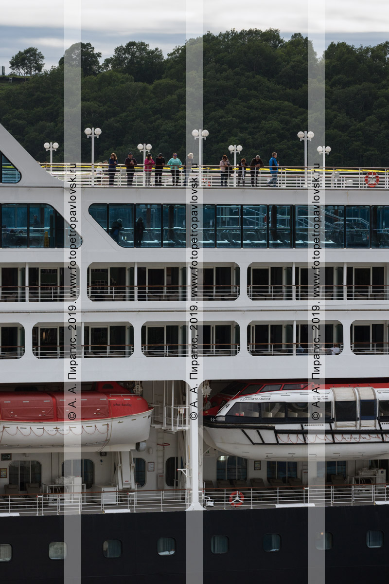 Фотография: иностранные путешественники и туристы — пассажиры круизного лайнера Azamara Quest отдыхают на судне во время посещения полуострова Камчатка