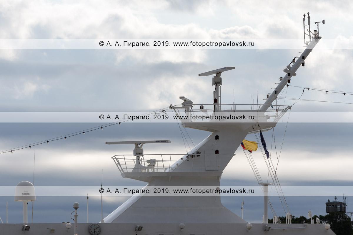 Фотография: экстерьер круизного лайнера Azamara Quest, вид на надстройки круизного судна, навигационное оборудование