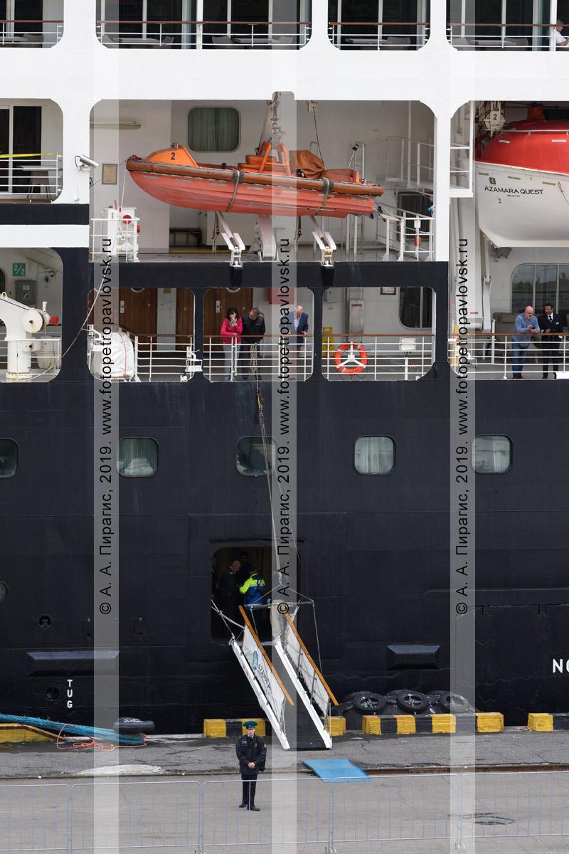 Фотография: борт круизного судна Azamara Quest, стоящего у причала в порту города Петропавловска-Камчатского