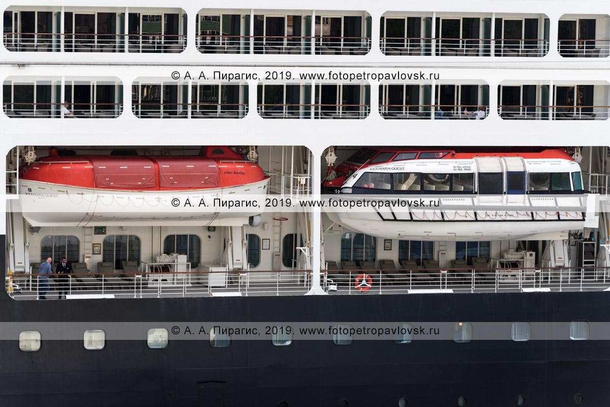 Фотография: борт круизного судна Azamara Quest со шлюпками для спасения экипажа, туристов и путешественников
