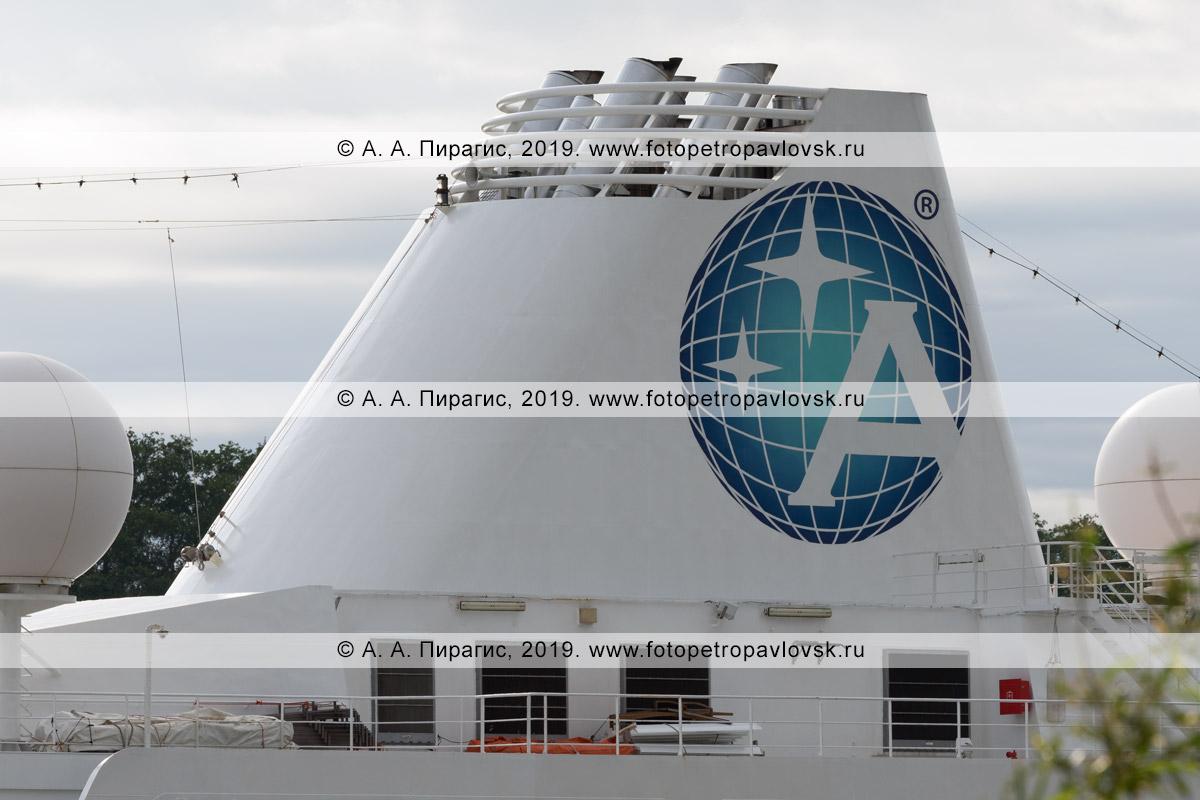 Фотография: экстерьер круизного лайнера Azamara Quest, дымовые трубы, возвышающиеся над надстройками круизного судна, большой логотип компании Azamara Club Cruises