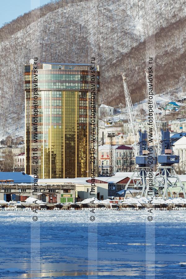 Фотография: здание бизнес-центра в центре города. Петропавловск-Камчатский, улица Ленинская, 59. Камчатский край