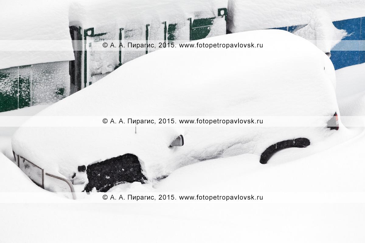 Джип (внедорожник), занесенный снегом во время сильной пурги (метели) в городе Петропавловске-Камчатском (Камчатка)