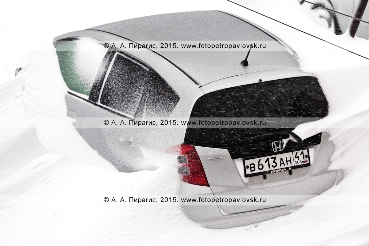 Легковой автомобиль (малолитражка), занесенный снегом во время мощного снежного циклона (пурги, метели) в городе Петропавловске-Камчатском (Полуостров Камчатка)