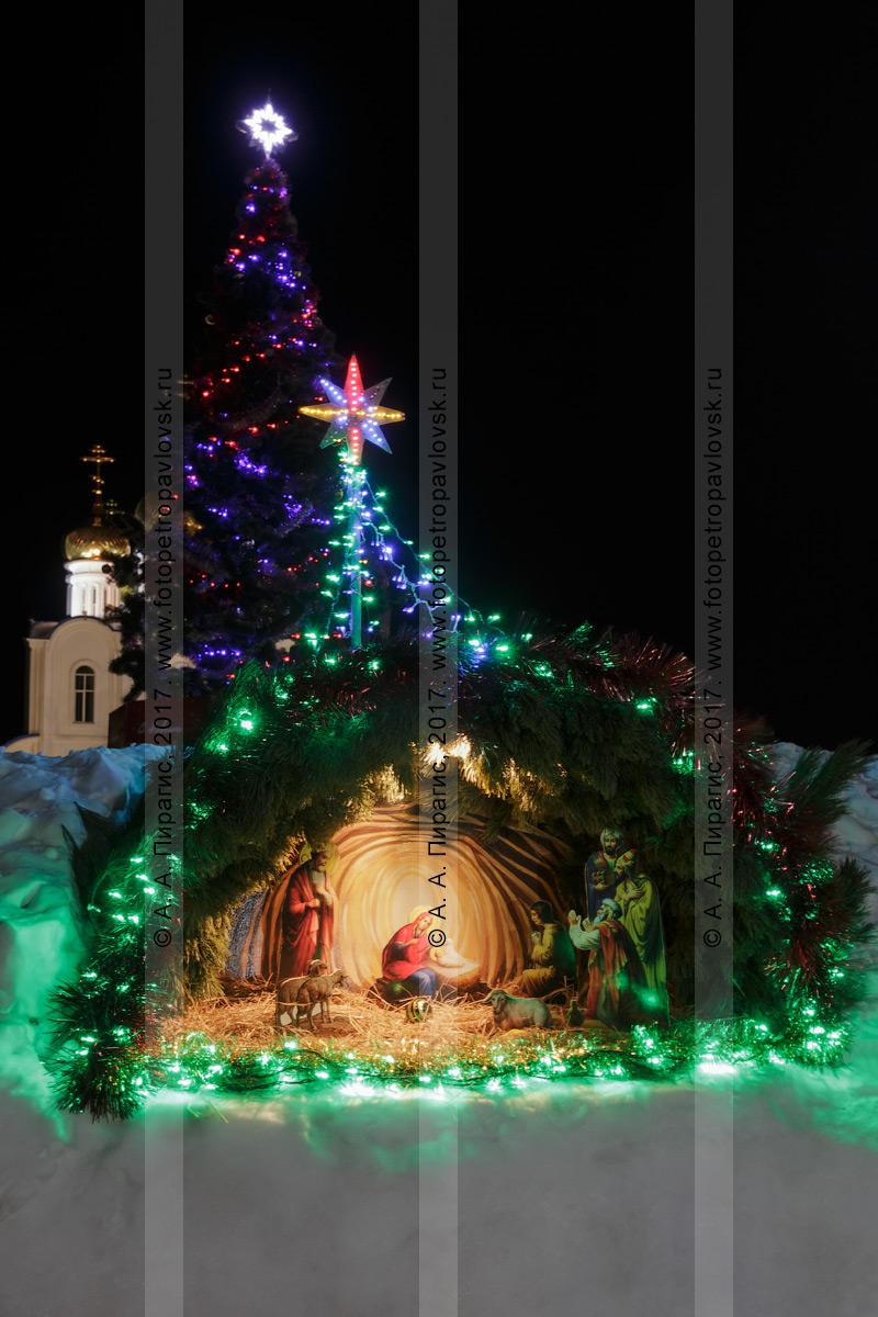 Фотография: ночной вид на рождественский вертеп — воспроизведение сцены Рождества Христова