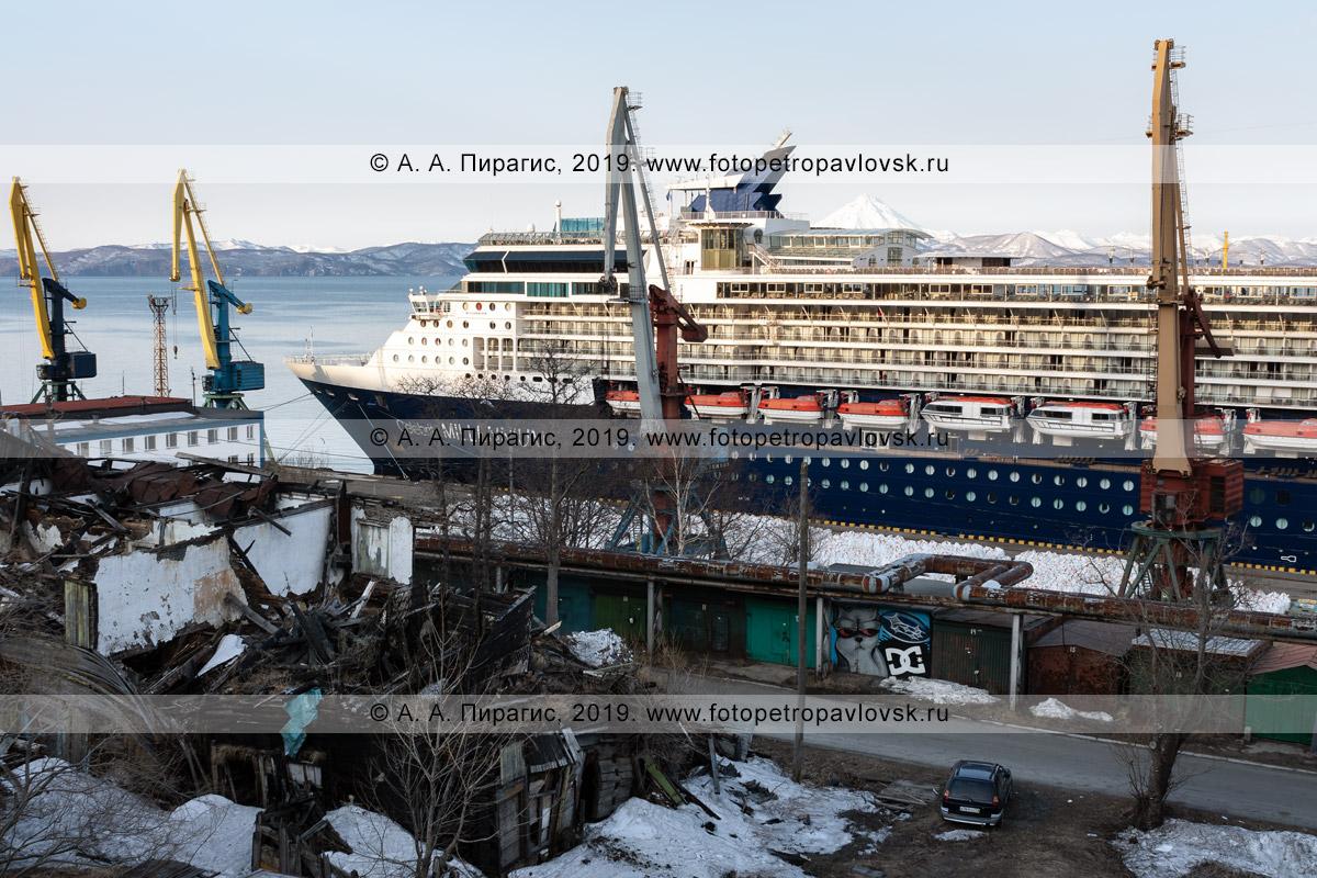 Фотография: круизный лайнер Celebrity Millennium стоит у причала в морском порту Петропавловска-Камчатского