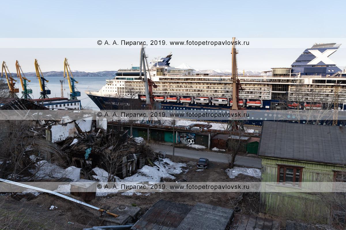 Фотография: круизный лайнер Celebrity Millennium стоит у причала в Петропавловск-Камчатском морском порту, возле позорных развалин сгоревшего двухэтажного жилого дома и убогих гаражей