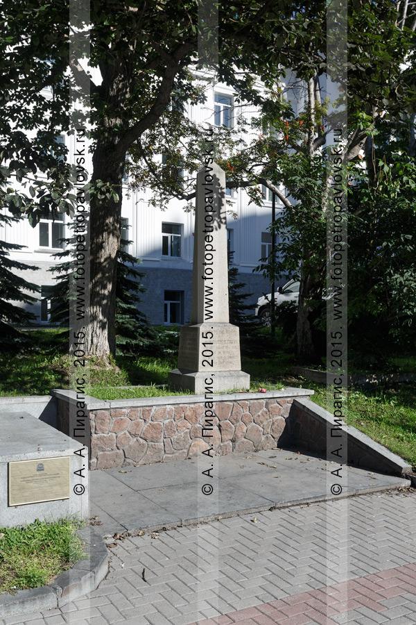 Фотография: памятник на могиле английского мореплавателя Чарльза Клерка (Чарльза Кларка) (Charles Clerke) в городе Петропавловске-Камчатском