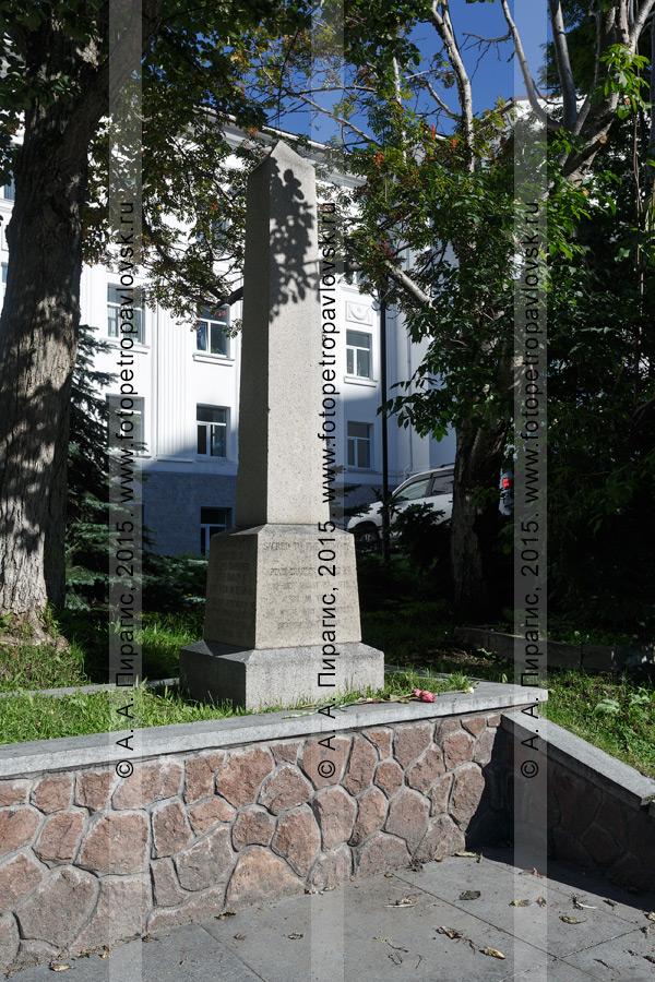 Фотография: памятник на могиле английского мореплавателя Чарльза Кларка (Чарльза Клерка) (Charles Clerke) в столице Камчатского края
