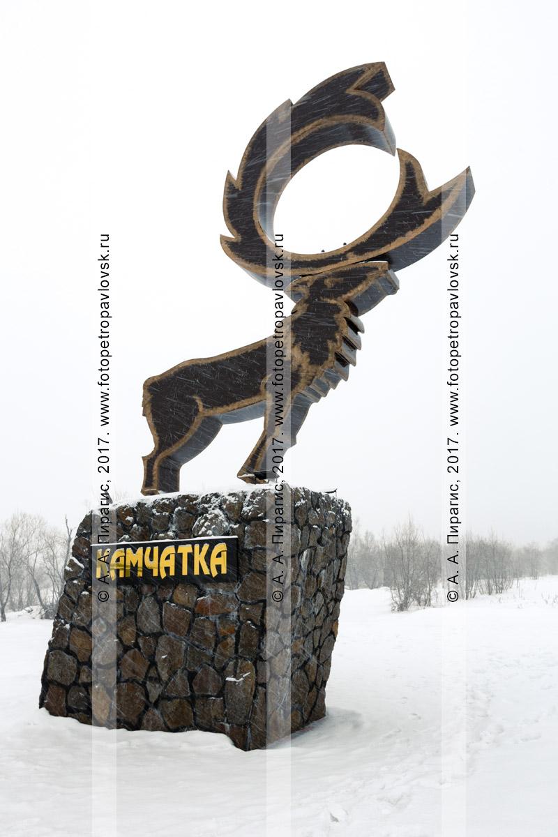 """Фотография: зимний вид во время снегопада на скульптуру """"Олень"""", установленную возле дороги, ведующей в поселок Начики и к базе отдыха """"Начики"""" на полуострове Камчатка"""