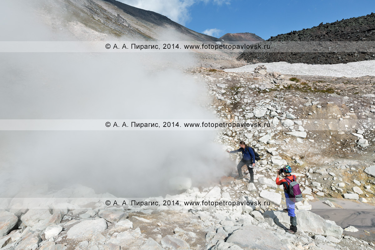Фотография: туристы и путешественники возле фумаролы в разрушенном кратере вулкана Дзензур (Dzenzur Volcano). Камчатка, Дзензур-Жупановская группа вулканов