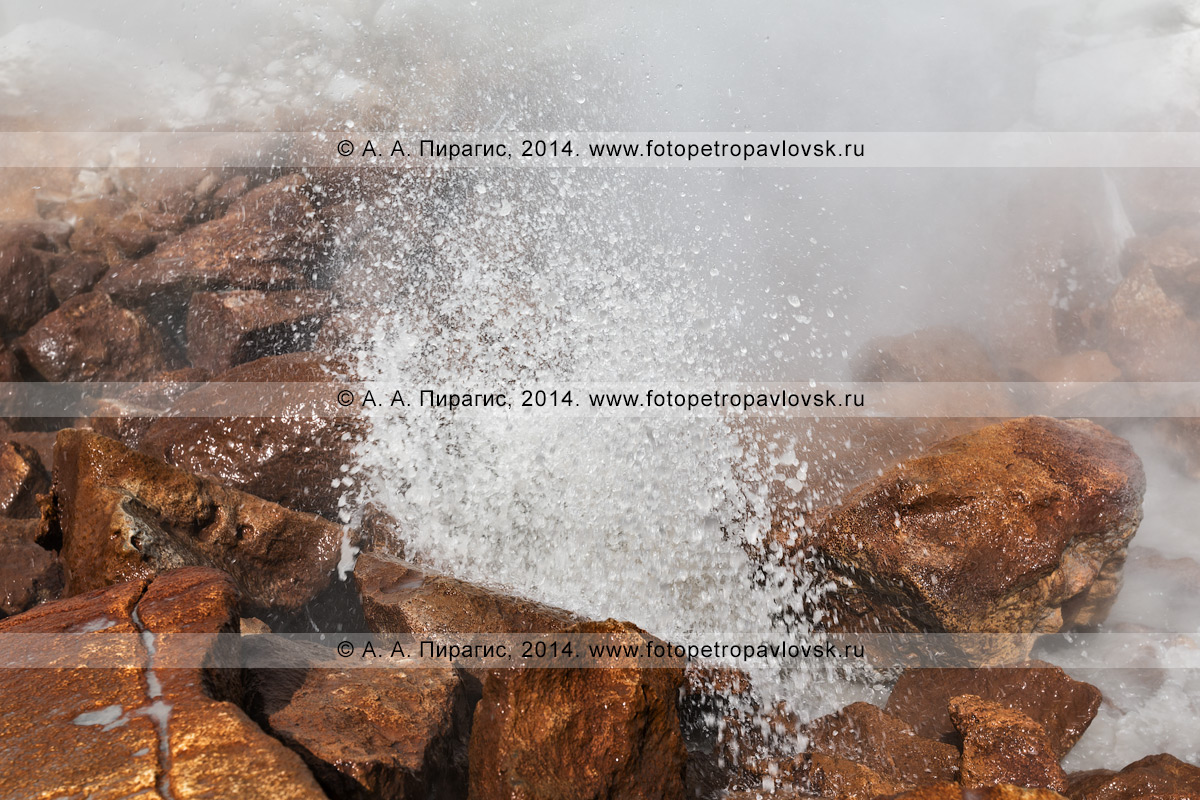Фотография: активная фумарола камчатского вулкана Дзензур (Dzenzur Volcano) — выход горячего вулканического газа и пара в виде струй и парящих масс из трещин и каналов на поверхности кратера вулкана