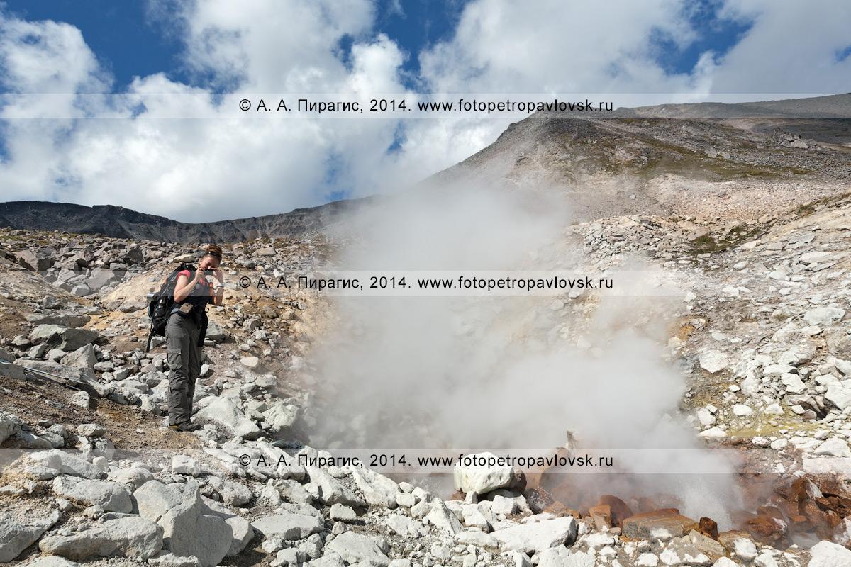 Фотография: девушка-турист фотографирует возле фумаролы вулкана Дзензур (Dzenzur Volcano) на полуострове Камчатка
