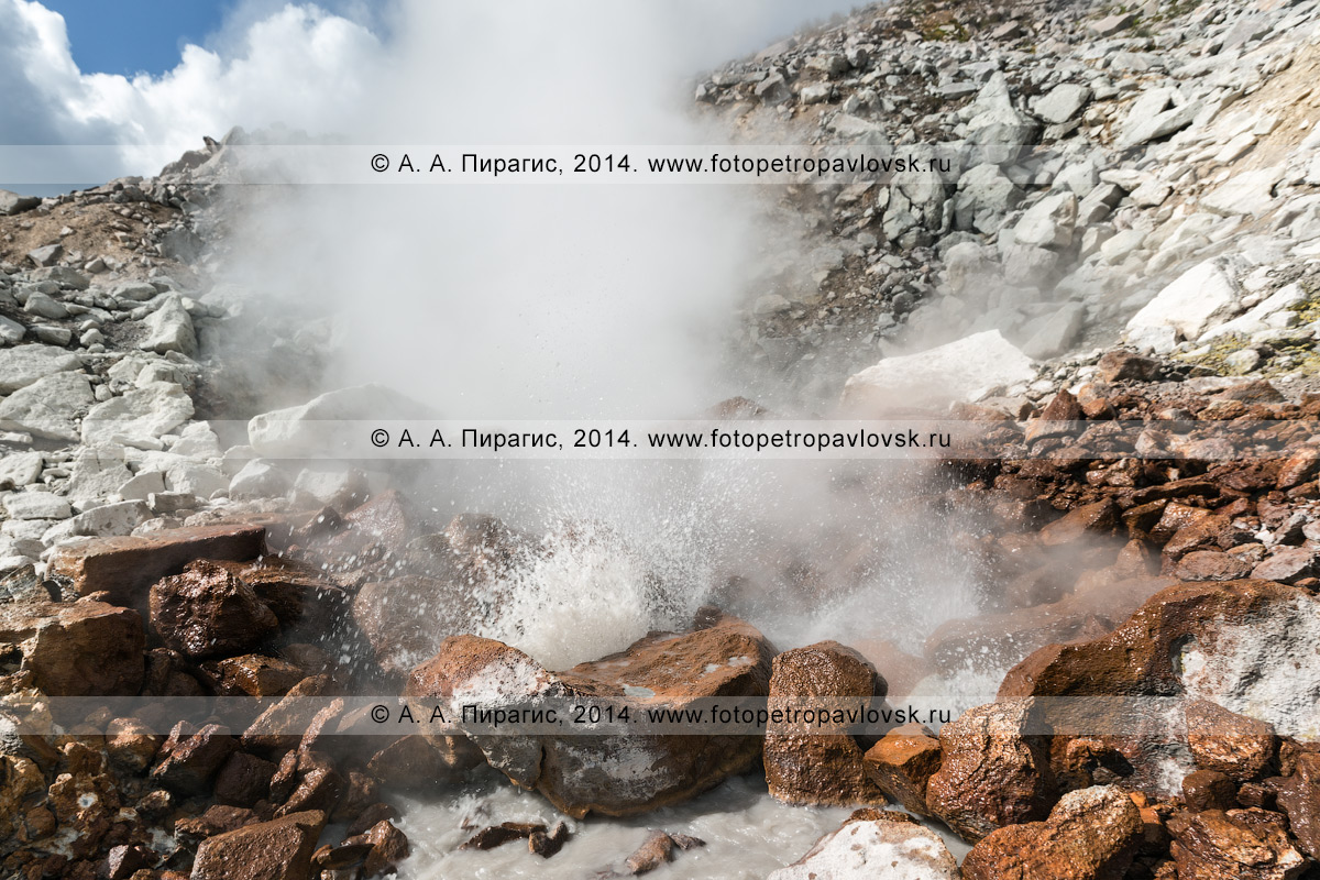 Фотография: активная фумарольная деятельность вулкана Дзензур в виде фумарол и грязеводяного котла. Камчатка, Дзензур-Жупановская группа вулканов