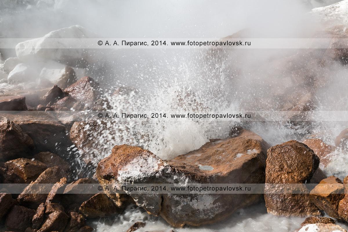 Фотография: фумарола в кратере вулкана Дзензур (Dzenzur Volcano), активное выделение парогазовых струй. Полуостров Камчатка, Дзензур-Жупановская группа вулканов