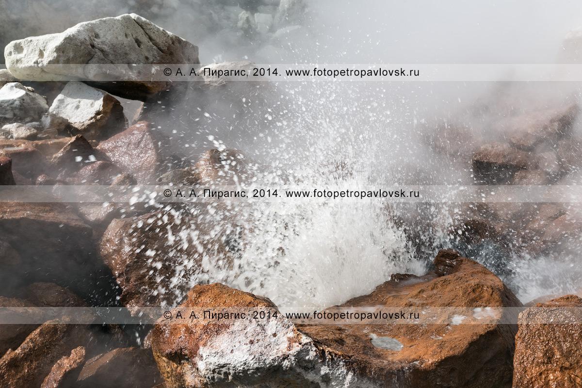 Фотография: вид на фумаролу, выбрасывающую горячий вулканический газ и пар в виде струй в кратере вулкана Дзензурский (Dzenzur Volcano) на полуострове Камчатка