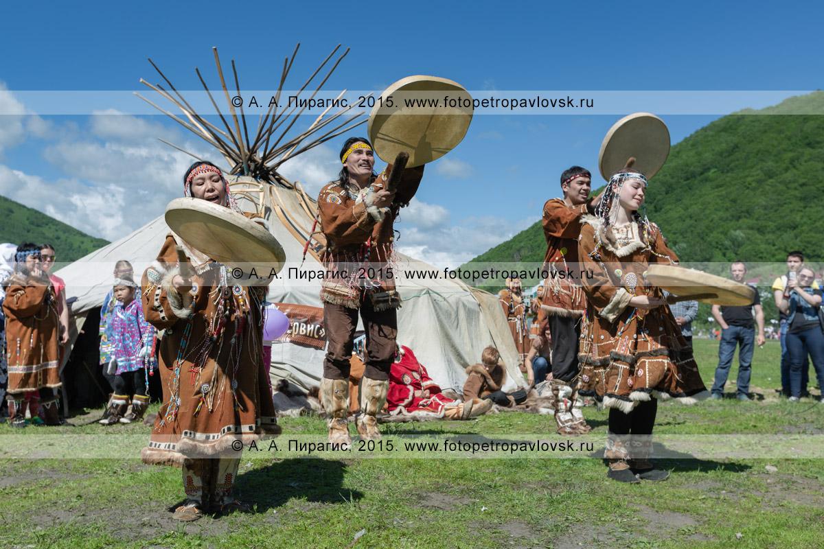 Фотография: танец с бубнами фольклорного танцевального коллектива коренных народов полуострова Камчатка на фоне яранги