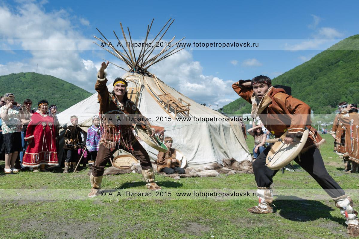 Фотография: мужчины в традиционной одежде коренных жителей Камчатки танцуют с бубнами