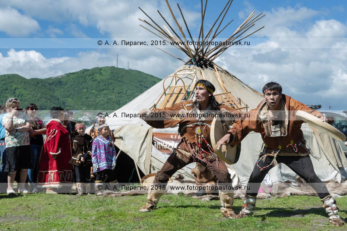 Фотография: мужчины в традиционной одежде коренных жителей Камчатки исполняют танец с бубнами