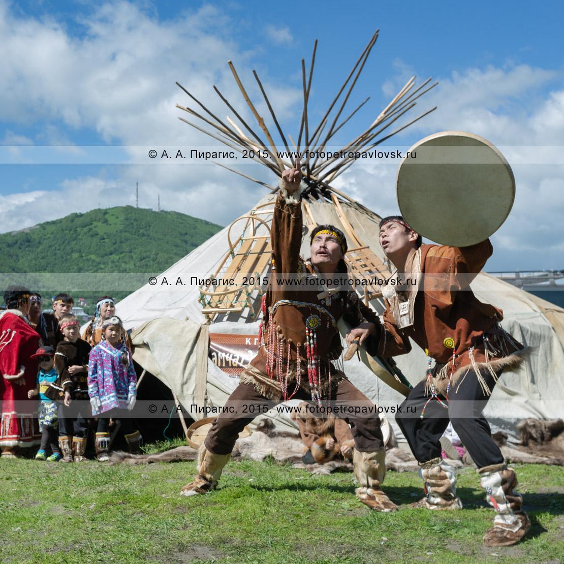 Фотография: мужчины в традиционной одежде коренных жителей полуострова Камчатка исполняют танец с бубнами