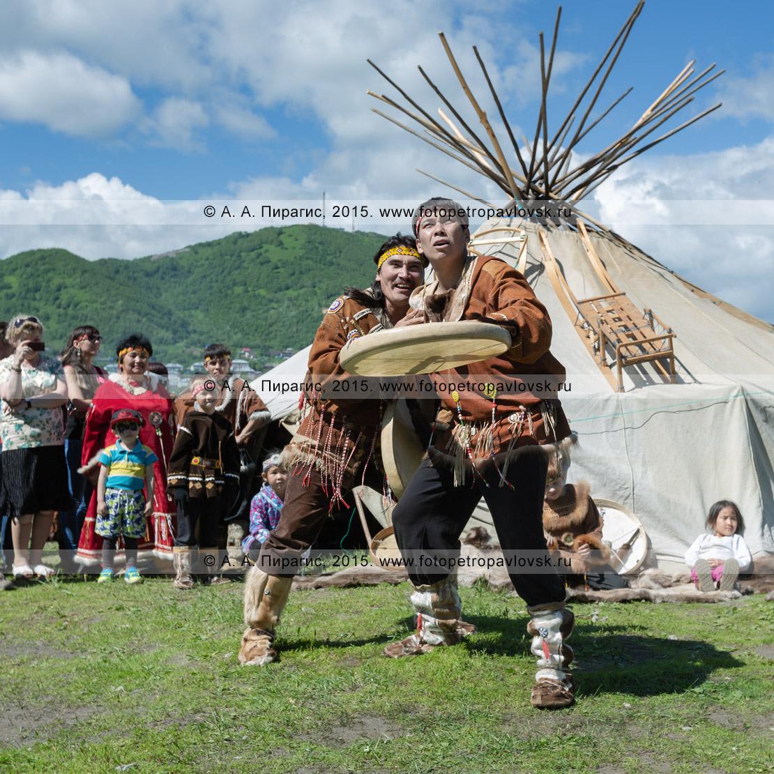 Фотография: танцоры фольклорного танцевального коллектива коренных народов полуострова Камчатка показывают сценку с бубнами